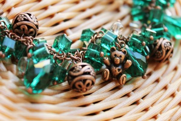 Una bonita pulsera con ositos y piedras verdes