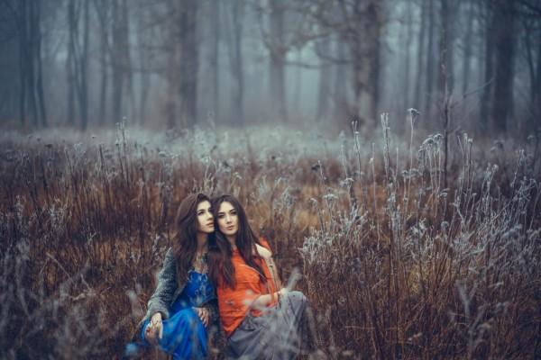 Dos chicas en el campo