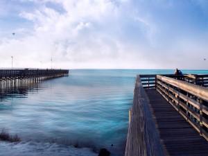 Pescando y contemplando el mar desde los muelles
