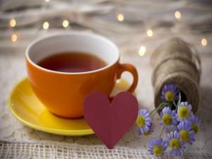 Postal: Corazón y flores junto a una taza de té