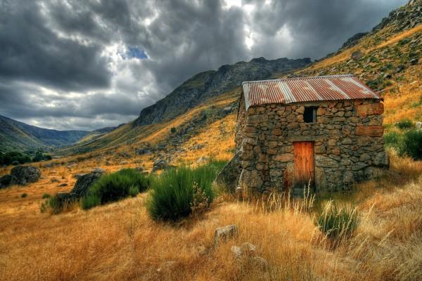 Pequeña cabaña de piedra en las montañas