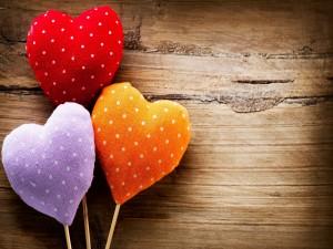 Tres corazones de colores