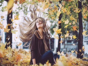 Postal: Chica disfrutando del otoño