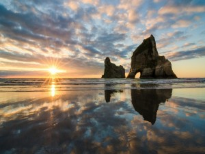 El sol reflejado en la orilla húmeda
