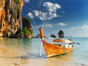 Postal: Barca anclada en una playa