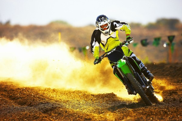 Joven en una competición de motocross