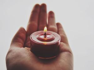 Sosteniendo una vela