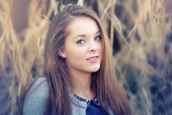 Una joven sonriendo