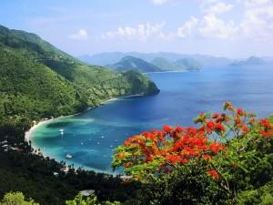 Costa verde y océano azul