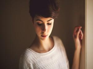 Postal: Chica con el pelo corto