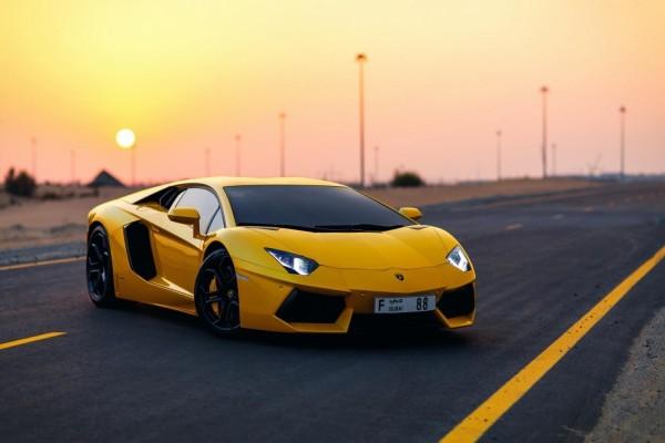 Lamborghinis Aventador amarillo en una carretera