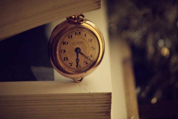 Antiguo reloj entre las páginas de un libro