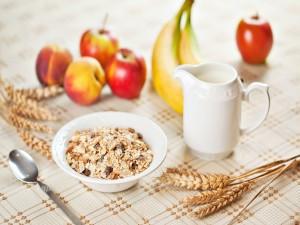 Un desayuno equilibrado con frutas y cereales