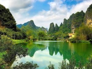 Postal: Lago entre montañas verdes