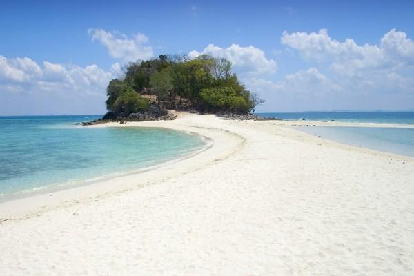 Camino de arena hacia una isla