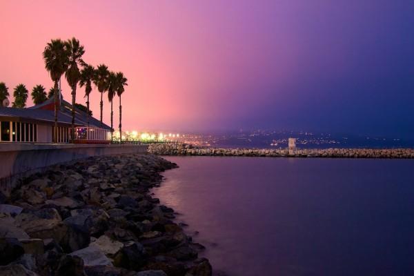 Luces en la costa al anochecer