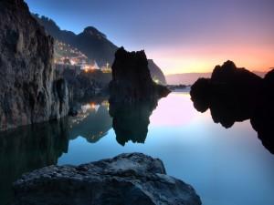 Luces en un pueblo costero al amanecer