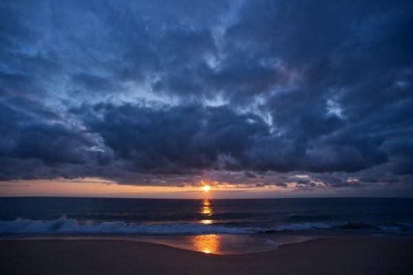 Amanecer nuboso sobre una playa