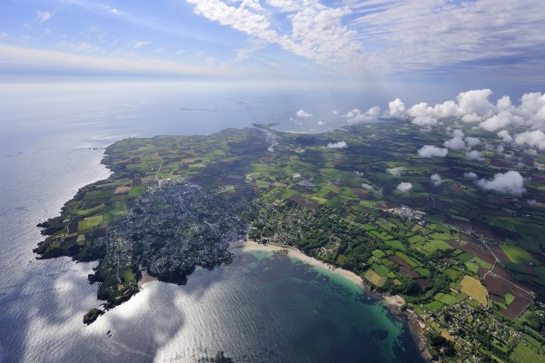 Vista aérea de una extensión de tierra y mar