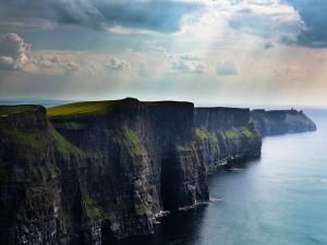 Postal: Hermoso paisaje con acantilados