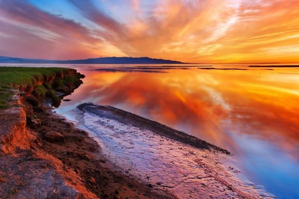 Hermoso cielo reflejado en el mar