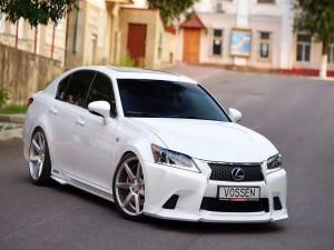 Un Lexus blanco en una calle