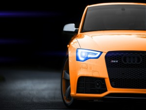 Audi RS5 de color naranja