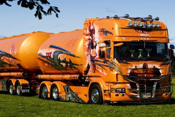 Camión cisterna Scania de color naranja
