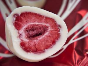 Postal: Fresa congelada cubierta de chocolate blanco