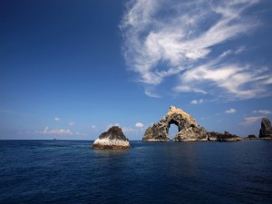 Postal: Nubes sobre las formaciones rocosas del mar