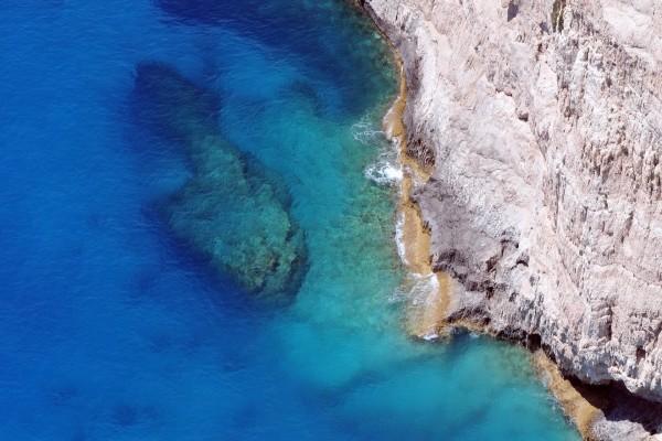 Agua transparente junto al acantilado