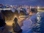 Playa iluminada en la noche