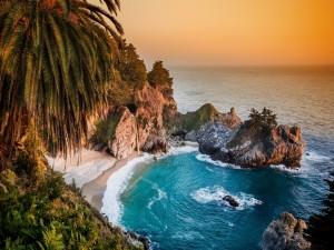 Pequeña playa entre las rocas