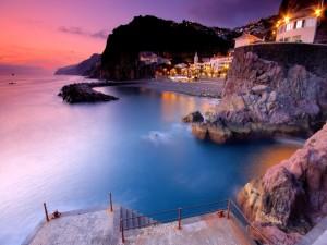 Postal: Pueblo junto al mar visto al amanecer