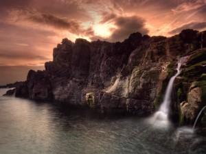 Postal: Cascada entre las rocas del mar