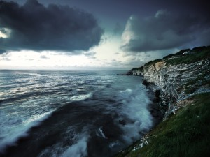 Nubes sobre el acantilado y el mar
