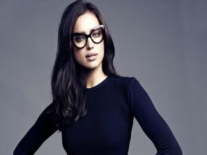 Postal: Irina Shayk con gafas
