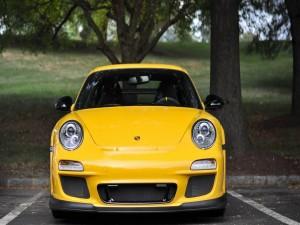 Postal: Un Porsche de color amarillo