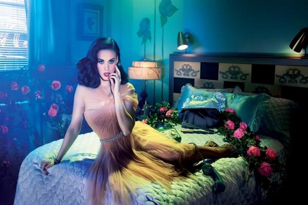 Katy Perry rodeada de rosas