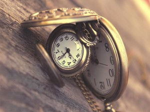 Dos relojes sobre una madera