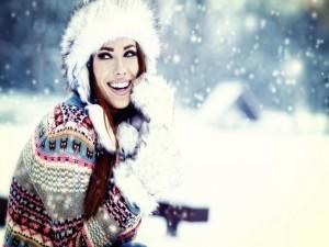 Mujer sonriendo bajo la nieve