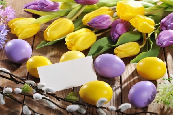Hermoso arreglo para Pascua junto a una tarjeta