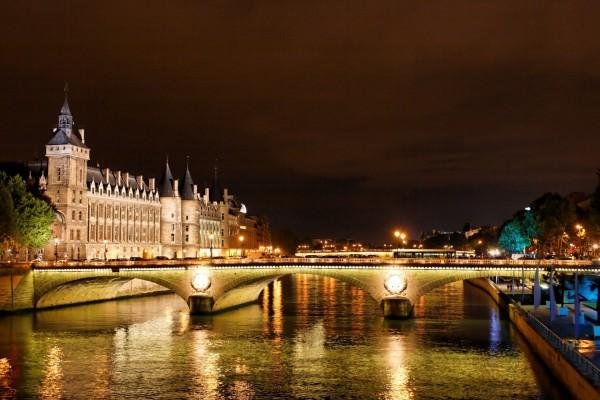 Puente iluminado sobre el río Sena