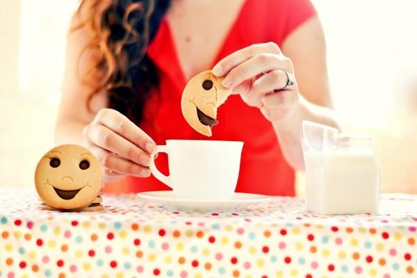 Chica comiendo unas galletas de caritas sonrientes