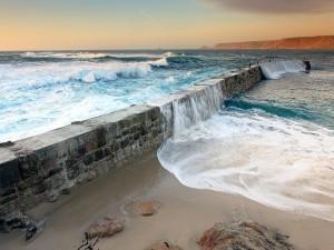 Postal: Olas sobre un muro de piedra