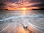 Piedra blanca en la orilla del mar