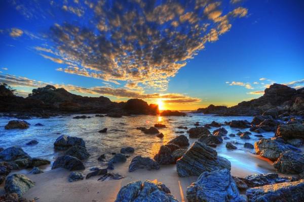 Sol y nubes al amanecer sobre el mar