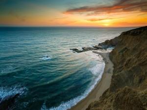 Contemplando el amanecer desde una pequeña playa