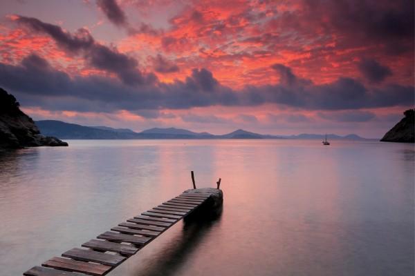 Pequeña pasarela de madera sobre un lago