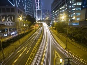 Carretera en la noche de una ciudad